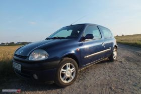 Renault Clio sprzedam granatowy 7300 PLN cena do negocjacji 3-drzwiowy z małym przebiegiem w Łodzi