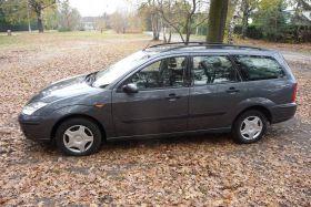 Ford Focus Kombi sprzedam szary klimatyzacja z małym przebiegiem ABS z kompletem dokumentów benzyna w Warszawie