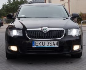 Skoda Superb 2011 r Sedan sprzedam czarny nieuszkodzony 23000 PLN z małym przebiegiem w Warszawie